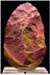 Hacha de mano de cuarcita roja, encontrada con restos fósiles humanos de 350,000 años de antigüedad