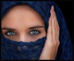 mujer cubierta con velo