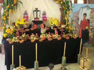 Sincretismo del cristianismo y la religión prehispánica en ofrenda día de muertos, México