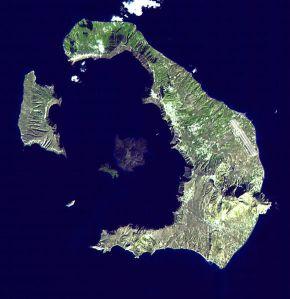 Vista de satélite de la isla Santorini (la explosión de una caldera volcánica es aún visible en su forma)