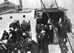 Sobrevivientes del Titanic bajando del Carpathia en NY