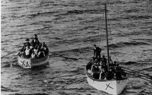 Sobrevivientes del Titanic en botes salvavidas