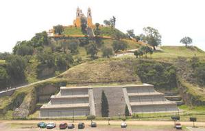 Pirámide de Cholula, México con iglesia católica en la cúspide