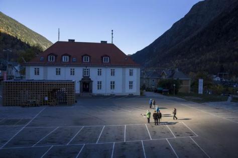 Habitantes de pueblo noruego de Rjukan ven sol de invierno 1 AP