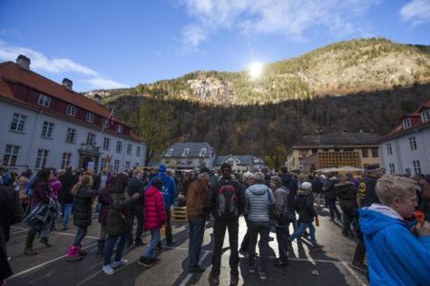 Habitantes de pueblo noruego de Rjukan ven sol de invierno 3 AP