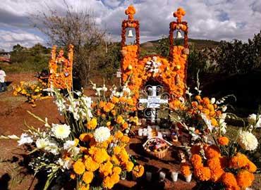 Ofrendas dia de muertos en cementerio