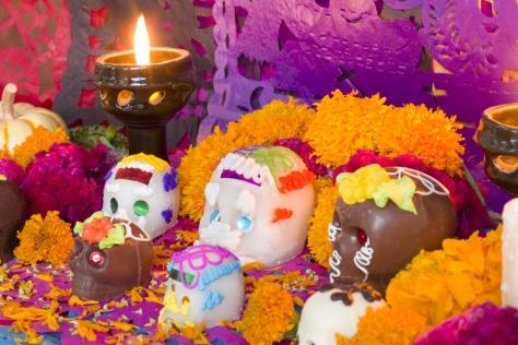 Ofrenda dia de muertos con cempasuchitl y calaveritas de dulce