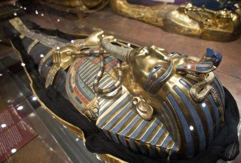 Replica sarcofago Tutankamon exposición Tutankamon Su tumba y sus tesoros Nuremberg Alemania