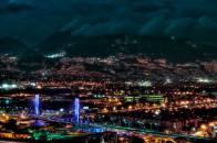 De noche la ciudad de Medellin Colombia