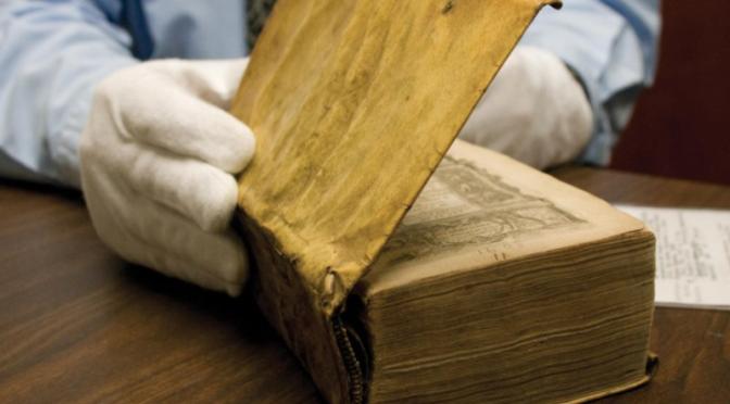 Descubren libros encuadernados con piel humana