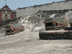 Esculturas aztecas de cabezas de serpientes en el Templo Mayor México DF Photo credit Wikipedia Templo_Mayor_serpents_3