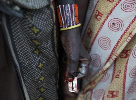 Cuchilla de afeitar ensangrentada con la que se practica la ablación de clítoris a la manera tradicional de la etnia Pokot REUTERS:Siegfried Modola