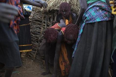 mujeres adultas de la tribu sacan a las jóvenes de sus cabañas y las conducen al lugar donde seran amputadas REUTERS:Siegfried Modola