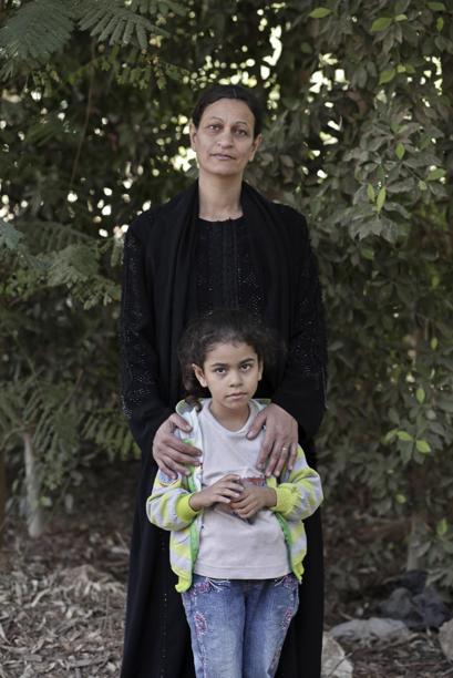 noviembre 2014 Hamdeya Nazmy  cuando tenía 9 años fue  circuncidada  posa con su hija en Sidfa Egipto AP Foto:Nariman El-Mofty
