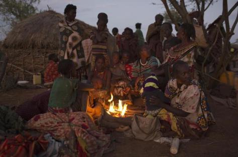 Pokot circuncision femenina familias enteras se reúnen para  el acto REUTERS:Siegfried Modola