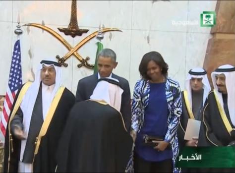 Michelle Obama dando la mano a un hombre arabe