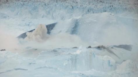 Deshielo y caida de glaciar en Groenlandia