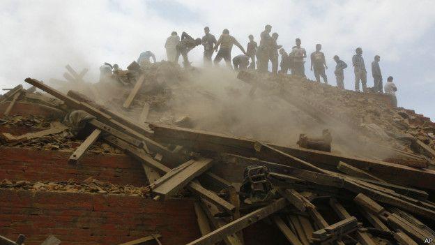 UN TERREMOTO EN NEPAL CAUSA GRAVES DAÑOS, HERIDOS Y MUERTOS, KATMANDÚ, NEPAL (AP)