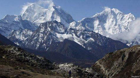 El sismo provoco avalanchas en los Himalayas Al menos 10 montañistas murieron en el Monte Everest donde tambien se reportan varios desaparecidos