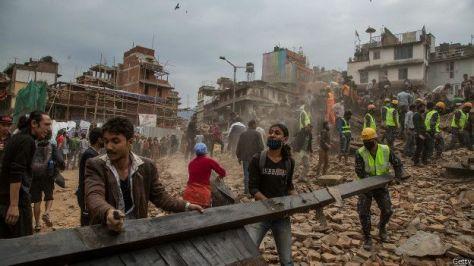 Numerosos edificios historicos de la capital, como la torre Dharahara quedaron reducidos a escombros