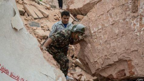 todavia hay mucha gente atrapada bajo los escombros y no se dispone de informacion de varias regiones del pais