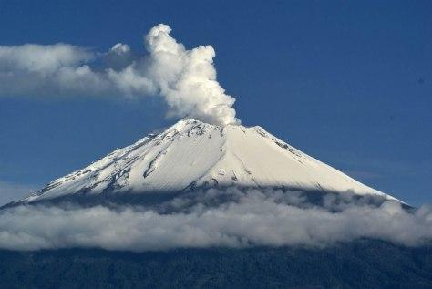 Popocatepetl exhalando vapor