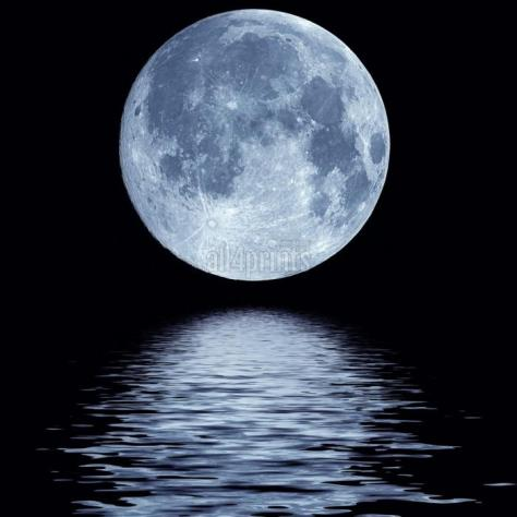 luna-azul-llena-sobre-el-agua-fria-noche