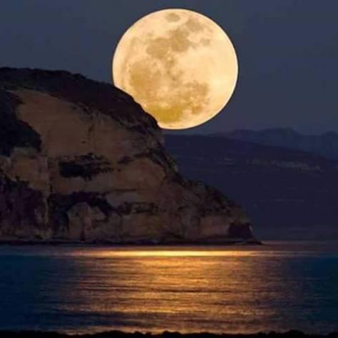 Luna llena cerro y mar