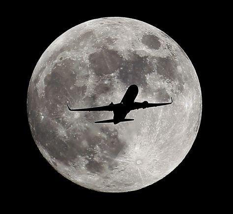 Luna llena y avion