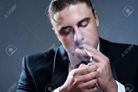7732758-Primer-retrato-de-hombre-joven-de-handsone-de-fumar-en-traje--Foto-de-archivo