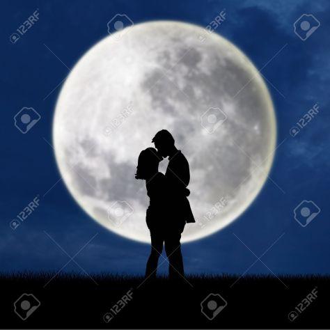 16684322-Primer-plano-de-una-pareja-bes-ndose-en-silueta-luna-llena-en-la-noche-Foto-de-archivo