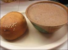 Ofrenda día de muertos México chocolate con agua