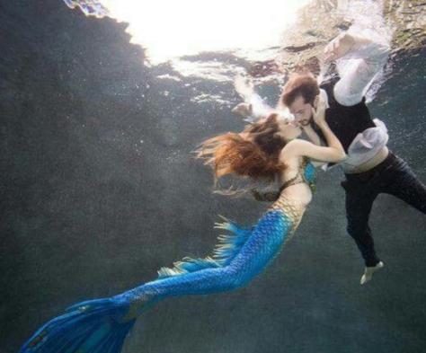 sirena-y-humano-bajo-el-agua